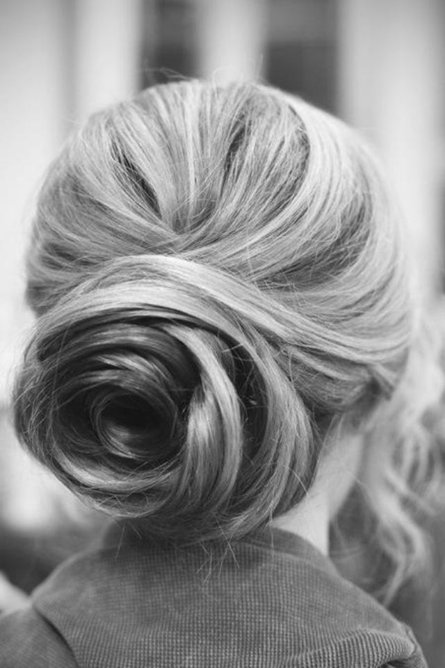 We like BIG buns and we cannot lie. This vintage look continues to be a hot trend throughout the #Fall, would you agree? #Hair #Updo