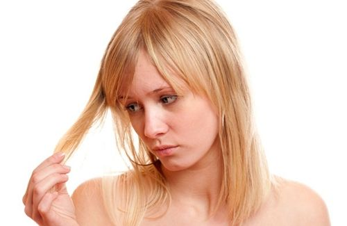 Aprenda alguns tratamentos naturais que ajudam a combater a fraqueza dos cabelos e saiba mais sobre o assunto.