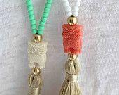 Weiße Quaste Halskette. Weiß und Koralle Halskette. Eule Halskette. Sommer böhmischen Halskette. Perlen Pastell Beachwear Halskette