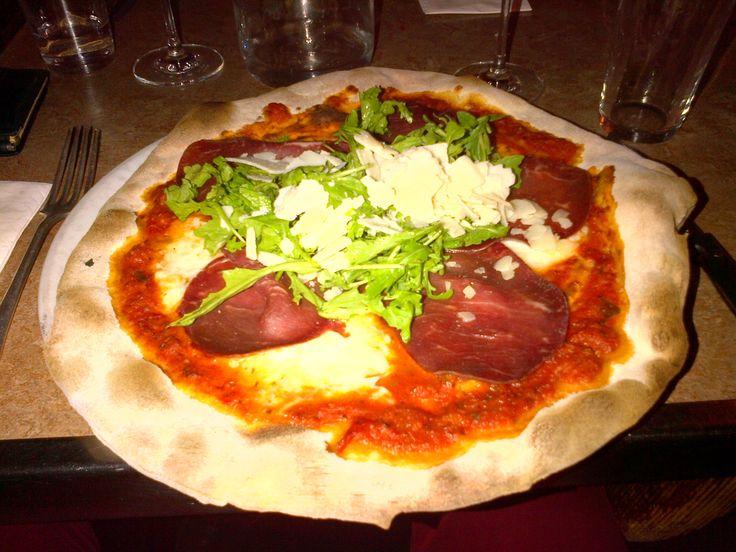 Pizza Bresaola (con bresaola, mozzarella di bufala, parmeggiano e rucola) @ Restaurant Pizzeria Rosso