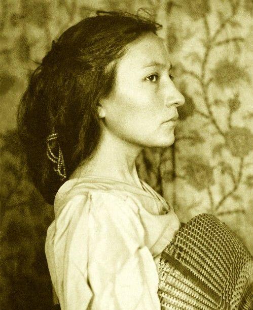"""#Amerindien #Dakota (Zitkala-Ša """"Red Bird"""" 1876–1938. Aussi connue sous le nom de Gertrude Simmons Bonnin donnée par les missionnaires, elle était Sioux ecrivain, editeur, musicien, professeur and activiste politique. Photographiée 1898 par Gertrude Kasebier)"""
