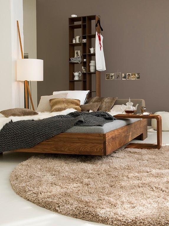 Braun und Cremeweiß mit warmen Holztönen