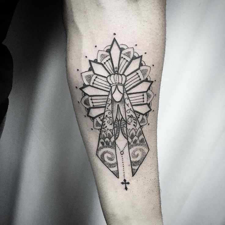 Até q enfim alguem deixou eu brincar com a criatividade em cima dessa santinha kkkk !!! Valeu msmo Rubens, curti mto !!! Até breve!!! Contato para orçamento e agendamento no tel 27 999805879 com @bruno_a_luppi segunda a sexta de 8 as 18 hs!!! #kadutattoo #tat #tatoo #tattoo #tatuagem #tattooartist #blackworktattoo #blackink #blackline #dotwork #mandala #faith #fé #santa #nossasenhora #line #fineline