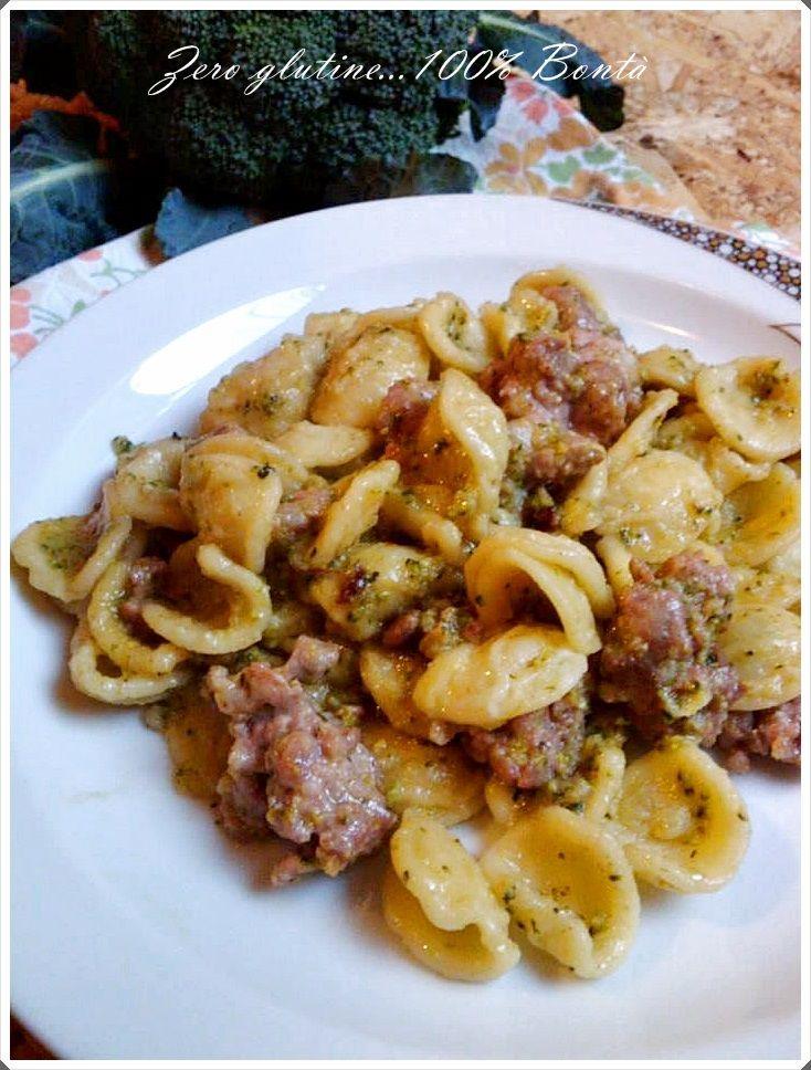 Orecchiette con broccoli e salsiccia,un primo piatto semplice e gustoso dal successo assicurato. Se volete preparare a mano le orecchiette senza glutine,date uno sguardo qui => RICETTA orecchiette INGREDIENTI °250 gr di orecchiette senza glutine °1 broccolo siciliano medio °300 gr di salsiccia fresca sbriciolata °sale e pepe °1 spicchio d'aglio °peperoncino °olio extravergine d'oliva …Read more...