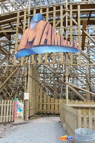 18/22 | Photo du Roller Coaster Mammut situé à Tripsdrill (Allemagne). Plus d'information sur notre site http://www.e-coasters.com !! Tous les meilleurs Parcs d'Attractions sur un seul site web !! Découvrez également notre vidéo embarquée à cette adresse : http://youtu.be/i8S4p9Z_JM8