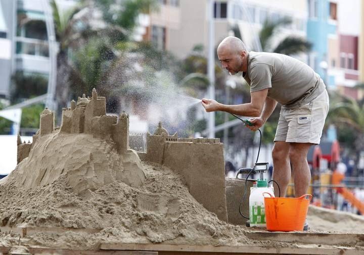 Construcción del belén de arena de Las Canteras