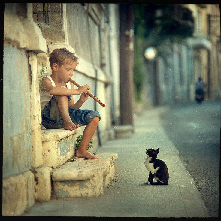 J'aime les couleurs un peu antiques, l'allusion au petit joueur de flûte, la pose décontractée du flutiste, la chat hypnotisé par la musique.