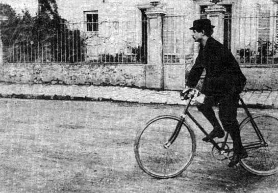 Alfred Jarry sur sa bicyclette à Corbeil (Essonne), en 1898