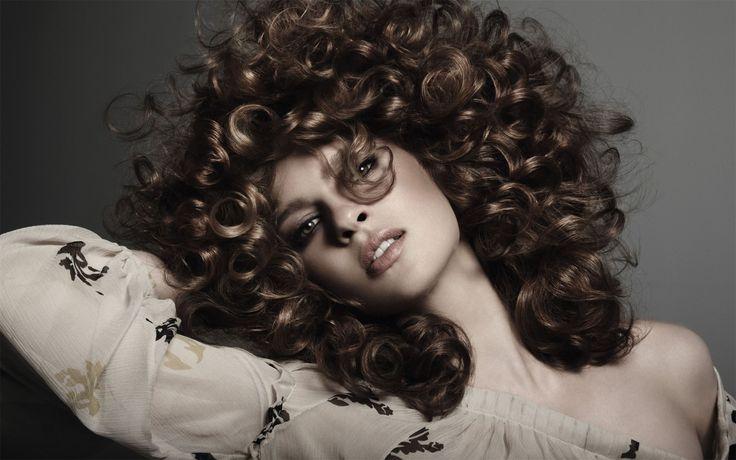 Химическая завивка волос http://sovjen.ru/khimicheskaya-zavivka-volos  Химическая завивка является достаточно трудоёмким процессом, но с его помощью вы можете добиться эффекта крупных волнистых локонов или мелких завитых кудряшек на волосах. Однако у этой процедуры всегда был один недостаток, волосы после воздействия химии портятся. В наше время при создании химической завивки, в салонах красоты применяют новейшие косметические средства, которые исключают опасность сильного повреждения ...