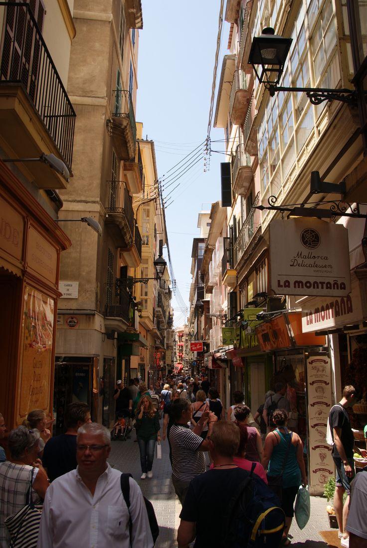 Slenteren door de nauwe straatjes van de gezellige oude binnenstad van Palma