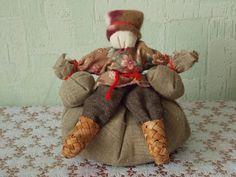 Хлебный человек Есть среди обережных куклах много таких, которые направлены на достаток в семье, на то, чтобы семья была всегда сыта, не испытывала нужды и не голодала. Такая кукла, например, Крупеничка, Богач. А есть еще и Хлебный человек. Он символизирует Хозяина, который уже собрал в этом году свой урожай пшеницы и теперь восседает на мешке. Это рачительный и добрых Хозяин, который готов поделиться своим урожаем с нуждающимися, поэтому держит в руках мешки с пшеницей. Я надела на него…