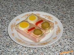 Šunkový závitek v aspiku Připravíme závitky - šunku pomažeme salátem, svineme. Rovnáme do pekáčku. Ozdobíme vejcem a zeleninou, zaléváme připravenou želatinou, dáme ztuhnout, vrstvu želatiny můžeme dát ztuhnout předtím, aby byl aspik i zespodu. Sladko-kyselý nálev: 0,9l vody, 0,1l octa, 15g soli, 15g cukru, 1cibule, 3 kuličky nového koření, 3 kuličky celého pepře, 2 ks bobkového listu - svařit, nechat vychladnout, koření a cibuli vyndat. Dále postupovat podle návodu na  želatine