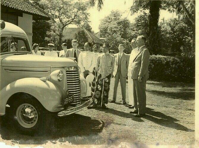 Sri Sultan Hamengkoe Boewono IX dari kraton Djokja menerima sumbagan mobil ambulance, tahun tidak diketahui.