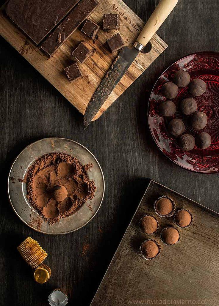 Trufas de chocolate y castaña, receta tradicional con ganache clásica, pero mezclada con castañas cocidas y trituradas. Elaboración con fotos paso a paso.