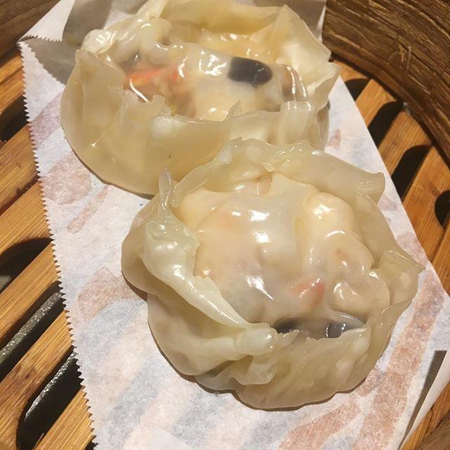 海鮮小籠包 的な、物を試作中です。 海老やらカニやら入った和風の海鮮スープがたっぷり入った熱々小籠包。 を、試作中です。もうちょっとしたらメニュー化しますね。 かみぐすーん。 #心斎橋寛 #和食#日本酒#お造り#肉#肴#蒸篭#小籠包  #小籠包 ゴンゴン
