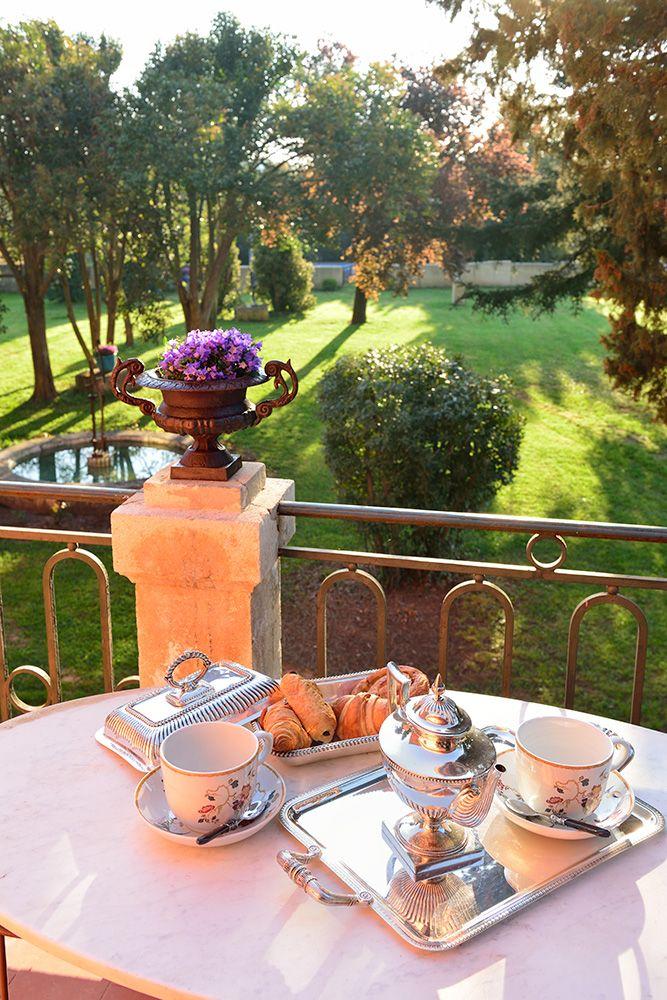 Petit-déjeuner en terrasse, avec vue sur le jardin
