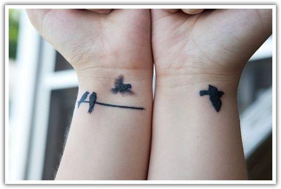 tatuagem feminina delicada no pulso 8
