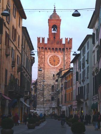 La Torre Pallata, einer der Türme der ehemaligen Stadtbefestigung im Abendrot und mit blauem Himmel :-)