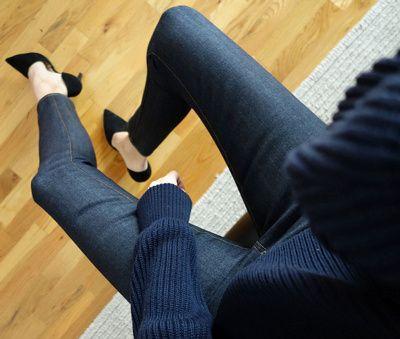 Escarpins noirs + chevilles dénudées + pull en grosse maille = un savoureux mélange des genres