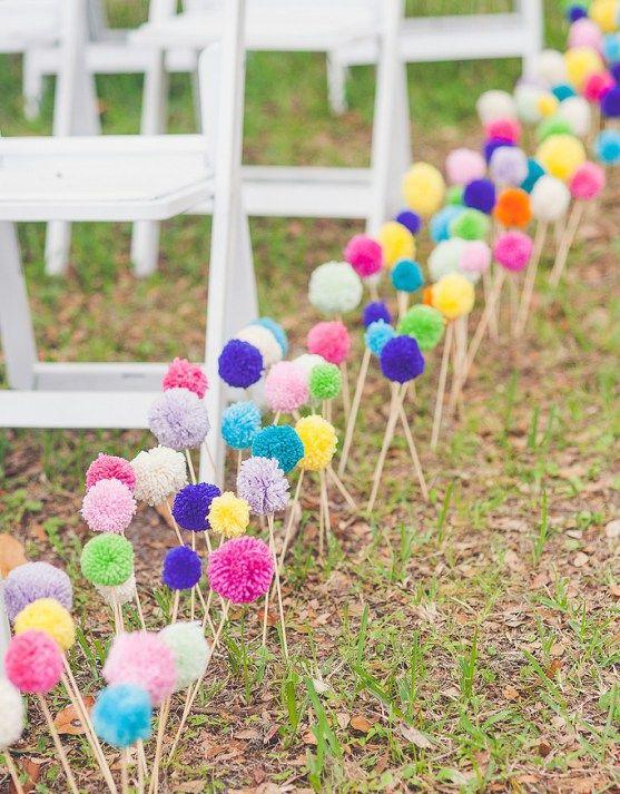 J'adore cette idée colorée et happy pour décorer sa cérémonie de mariage: une allée de pompons. ©Alex & Cammy Photographyvia Offbeat bride Vous vous rappelez de mon bouquet de mariée de pompons que j'avais créé pour notre séance d'engagement? Il vous suffit de suivre le DIY super facile pour les batons pompons sur leDIY bouquet …
