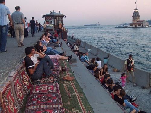 Üsküdar Junge Menschen treffen sich hier für romantische Rendevous mit Tee und Sahlep beim Sonnenuntergang