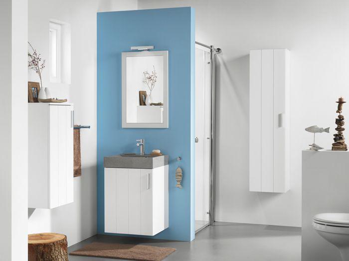 Blauw in de badkamer. Ik weet niet wat het is, maar blauw en badkamers gaan erg goed samen vind ik altijd. Leuk wastafelmeubel ook, lekker klein voor in mijn badkamer, maar met opbergruimte. Zou die wastafel van beton of natuursteen zijn? Wel gaaf.