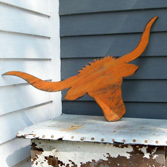 Een grand dier de longhorn is een waar symbool van Texas. Met de echte terug degenen hoorns bereiken tot 7 voet breed, dat we geschaald ons naar een respectabele 31 inch.  Grootte: 31 W x 15-inch H x. 5 D  Dit stuk is gesneden uit zuidelijke triplex, klaar om te worden opgehangen aan een muur, veranda, of in uw kleine cowhands kamer. Hier afgebeeld eindigen in onze Florida Orange met enkele mooie schrijnende.  Perfect om toe te voegen een beetje ranch smaak aan uw huis stapelbed!  Beschikt…