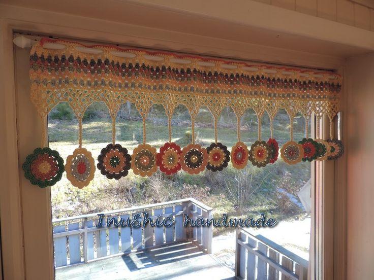 hačkovaná dekorácia na okno