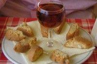 Detti anche 'cantuccini' e 'biscotti di Prato', i cantucci sono un dolce secco toscano e, in genere, sono serviti con il vin santo. Ecco come si preparano.
