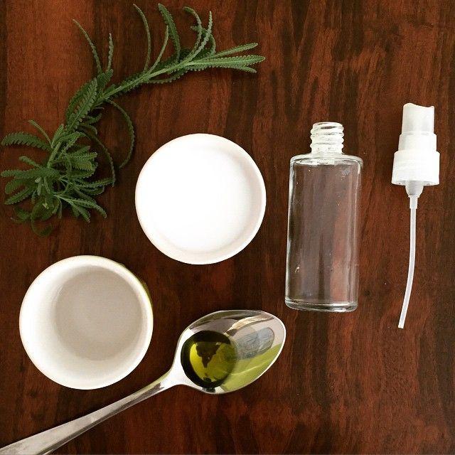Desodorante Natural: 1/2 xícara de leite de magnésio  1/4 xícara de água  1 colher de chá de óleo essencial da sua escolha (eu adoro variar entre lavanda, alecrim, rosas e sândalo)   Misture todos os ingrediente num recipiente de vidro/spray, chacoalhando bem até ficar homogêneo.