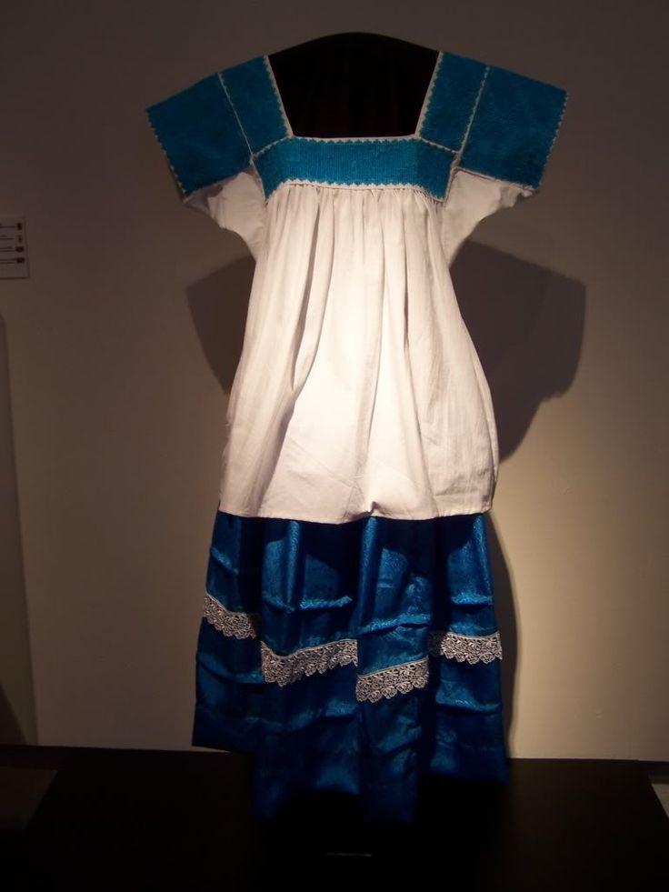 Este es el traje típico de pachucha hidalgo en Mexico. Es tradicional y también tiene un color bonito azul. Lo usarías en un festival o fiesta cultural.