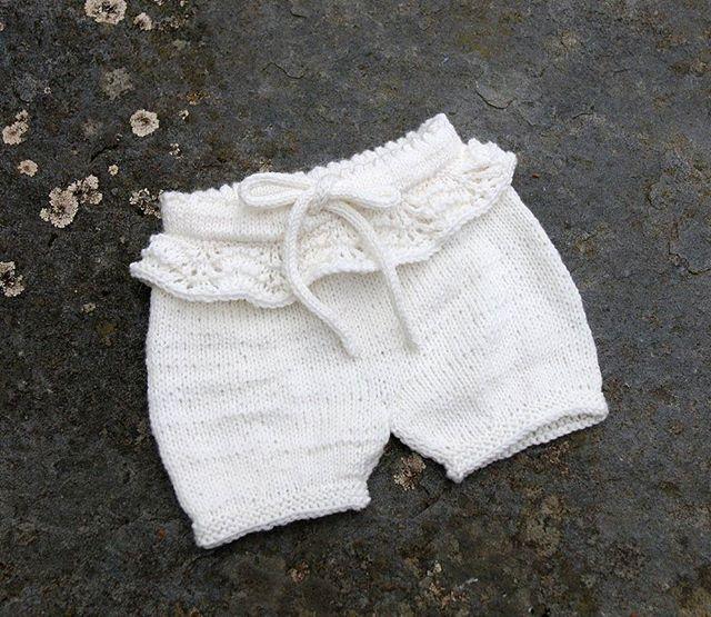 """Denne her er berre nydeleg Godt å kunne strikke litt jentestrikk igjen! """"Sommerlig shorts"""" av @knit_by_giil // Love thus cute little shorts!"""
