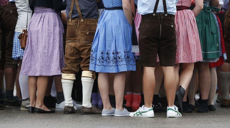 IlPost - Monaco, Germania - Un+gruppo+di+persone+attende+l'apertura+dell'+Oktoberfest,+la+festa+della+birra+più+grande+del+mondo (AP+Photo/Matthias+Schrader)
