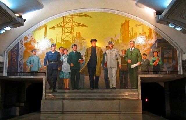 El metro de Pionyang está decorado con pinturas murales que dan cuenta del régimen de Corea del Norte, de igual forma es el único entre todos los países en el que las estaciones obtienen sus nombres de acuerdo con un tema de la revolución socialista (tales como la victoria, la renovación o la unidad): estrella roja, gloria,