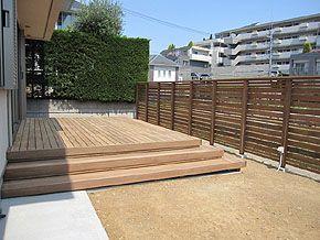 横板ウッドフェンスに囲まれたシンプルなウッドデッキ3