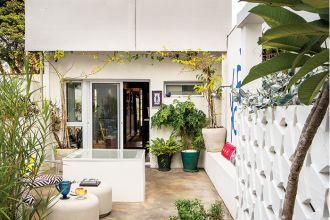 Obra converte terraço deteriorado em um recanto acolhedor e funcional para receber visitas