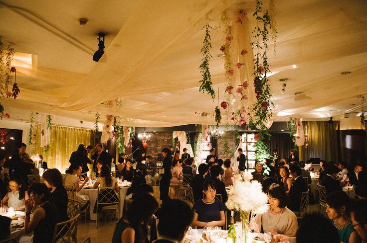 食事と会話を楽しむ大人な雰囲気のパーティー空間