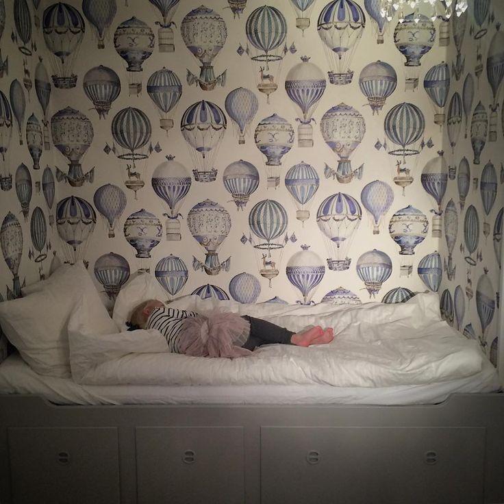 Barntapet I Luftballonger I Barnrum I Tapet I Manuel Canovas I Sovalkov I Kids room I Kids wallpaper I Hot Air Balloons I Köp online hos www.engelskatapetmagasinet.se E N G E L S K A T A P E T M A G A S I N E T