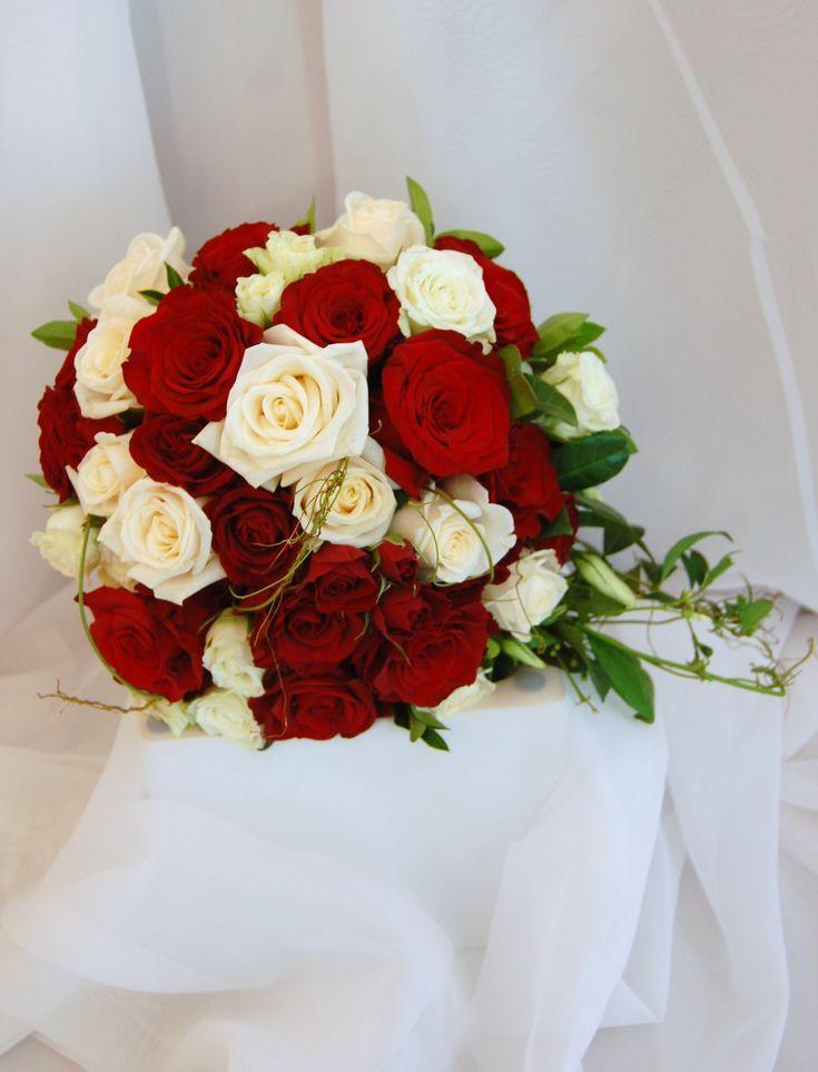 Ramo con rosas rojas y blancas.