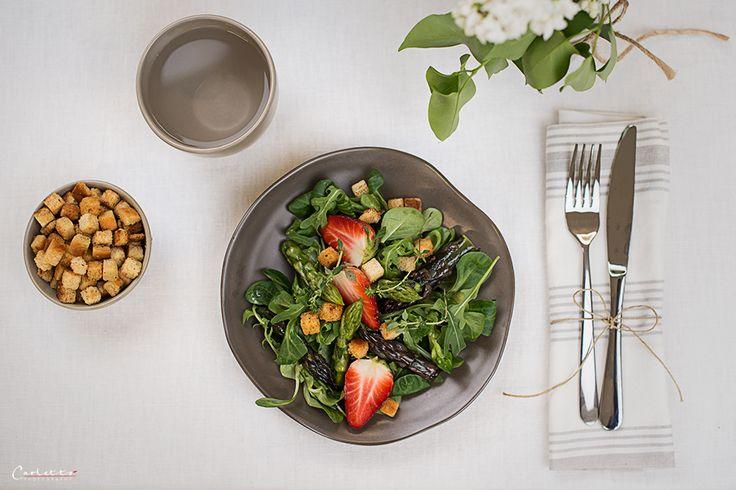 Rezept für einen fruchtig-frischen Spargel Erdbeer Salat
