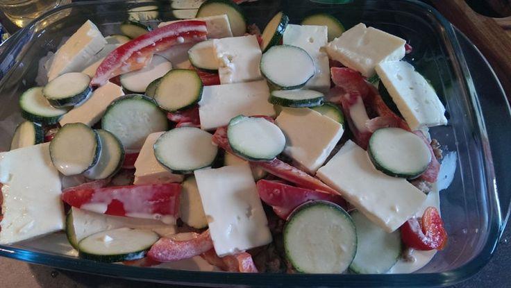 Zucchini-Pfanne -primal- Rezept  - Gesund Abnehmen! Low carb, wenig Kohlenhydrate und viel Fett! Mal ganz einfach & lecker :)   Manchmal muss Kochen fix gehen. Dieses Rezept ist echt, einfach und gut. So gehts:  Hackfleisch (Schwein, Rind, Lamm oder gemischt) und Zwiebelwürfel in der Pfanne in viel Fett ( Schmalz oder Kokosfett) anbraten.   Zucchini & Paprika waschen und schneiden. Weichkäse in Schreiben schneiden.  Gemüse, Käse und Fleisch zusammen in eine Auflaufform geben und Sahne...