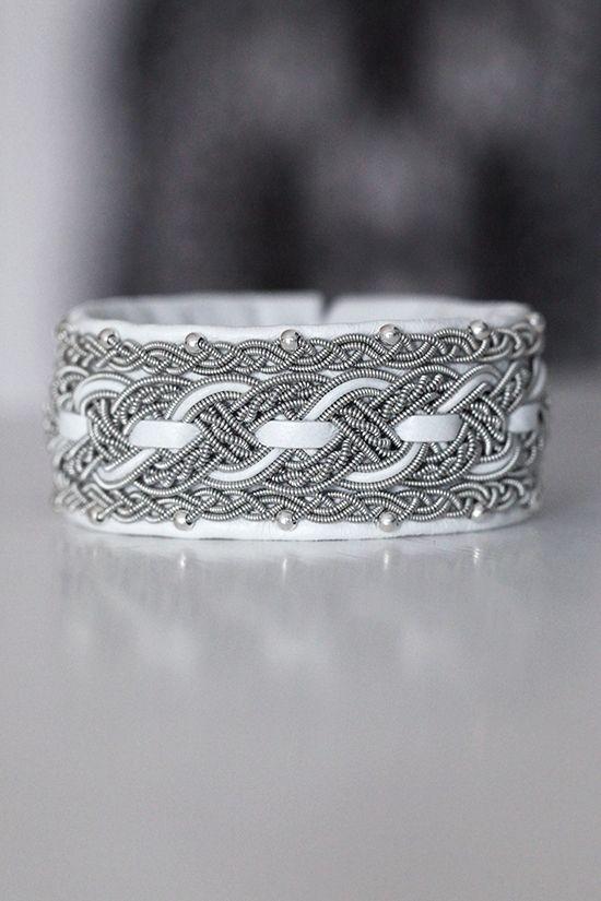 Lindas armband: Brett vitt tennarmband med femfläta, treflätor och silverpärlor