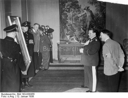 Der 45. Geburtstag von Ministerpräsident Generaloberst Göring. Um die Mittagsstunde erschien der Führer in der Wohnung des Ministerpräsidenten, sprach ihm seine Glückwünsche aus und überreichte ihm ein wertvolles Gemälde als Geschenk.