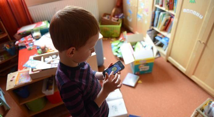 O consumo excessivo de mídia digital por meio de smartphones, computadores e tablets eleva o risco de hiperatividade e distúrbios de concentração entre crianças e adolescentes, podendo afetar seu desenvolvimento físico e psíquico, aponta um estudo divulgado nesta segunda-feira (29/05) em...