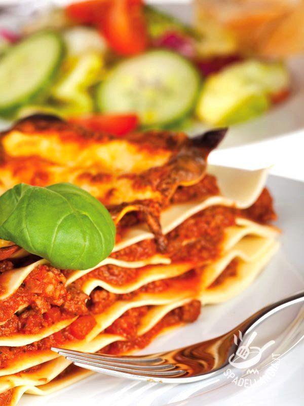 Le Lasagne alla salsiccia con crema di zucca sono un primo di pasta al forno ricco e consistente, perfetto per una domenica a pranzo in famiglia! #lasagneallasalsiccia