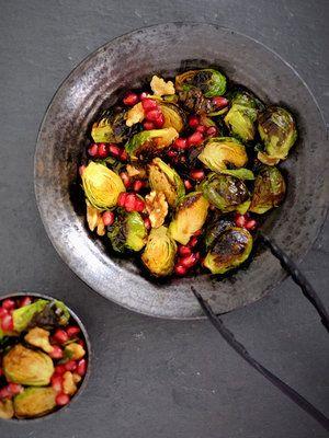 芽キャベツをローストすることで、外葉はパリッ&中はしっとり。食感の違いも楽しめる。|『ELLE a table』はおしゃれで簡単なレシピが満載!