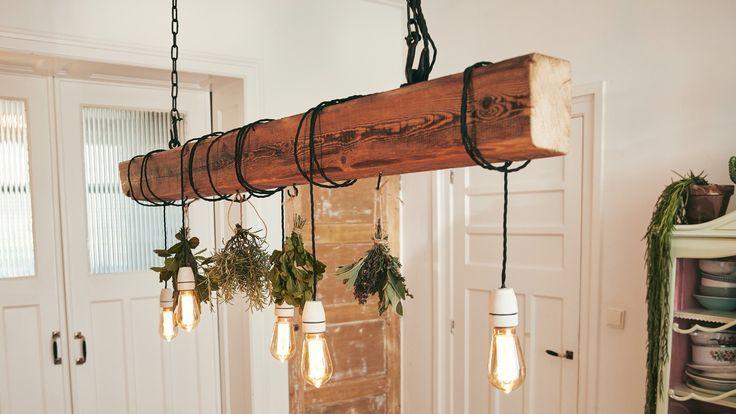 Deckenlampe Zum Selber Bauen Dieser Holzbalken Sorgt Fur Licht Auf Dem Esstisc Esstisch Ideen Lampe Selber Bauen Deckenlampe Holzbalken Lampe