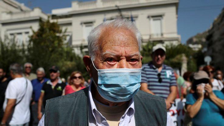 A Athènes, lundi, lapolice a procédé à des tirs de gaz lacrymogènes pour disperser une manifestation de retraités, mobilisés après des annonces du gouvernement sur le montant de leur retraite.