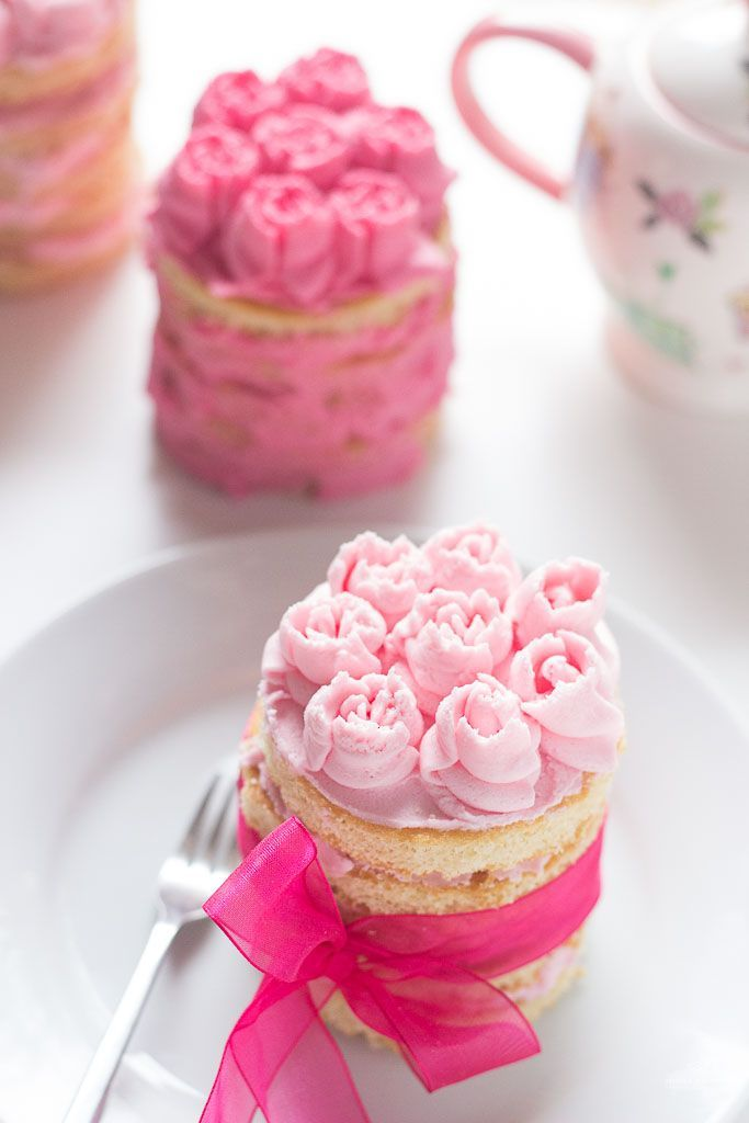 See how easy it is to pipe these buttercream rosettes if you have the right piping set!