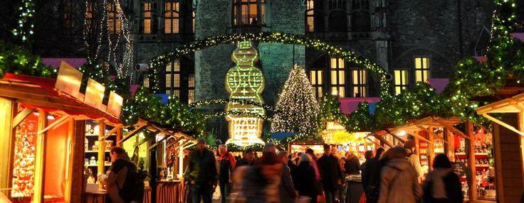 Der Aachener Weihnachtsmarkt mit seinen hell erleuchteten Buden auf dem Katschhof. Im Hintergrund ist die Rückseite des Aachener Rathauses z...